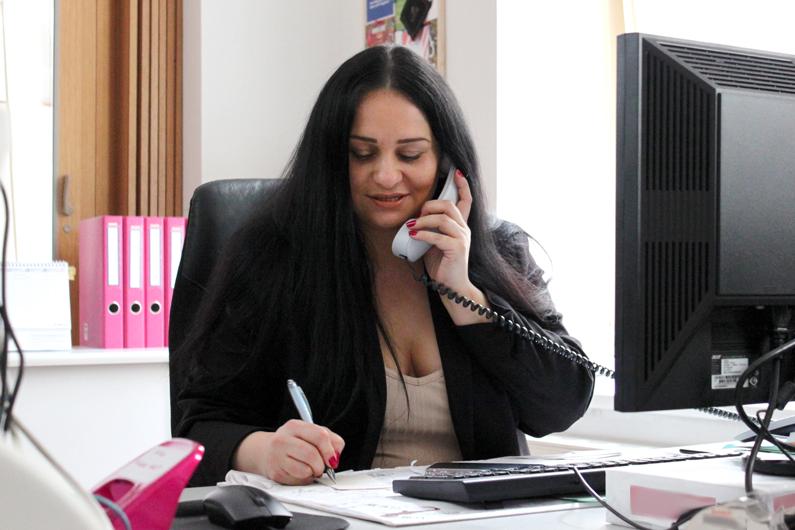 Nina Paunovic von der KIV-Zentrale beim Arbeiten